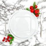 镀叉子刀子圣诞节桌餐位餐具装饰 库存图片