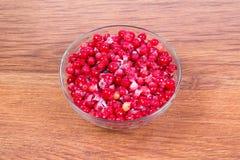 镀在木背景的冷冻红浆果 收获莓果为冬天 库存图片