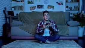 镀电子游戏,不稳定和未管制的情感的过于情绪化的少年 免版税库存照片
