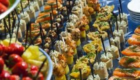 镀肉,鱼,在室外一张欢乐婚礼的桌上的菜点心 图库摄影