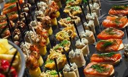 镀肉,鱼,在室外一张欢乐婚礼的桌上的菜点心 免版税库存图片