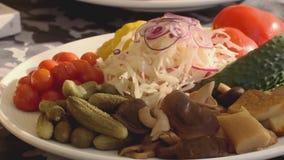 镀蕃茄、黄瓜、蘑菇、弓和圆白菜的傻瓜 gorizontal的平底锅 股票视频