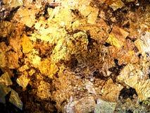 镀金料对圆的石头的金叶埋置了02 免版税库存照片