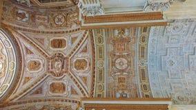 镀金面压印的装饰天花板 库存图片