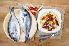镀金面领袖鲂鱼和penne用干蕃茄 库存照片