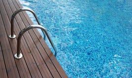 镀铬梯子入游泳池 免版税图库摄影