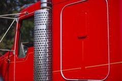 镀铬物和油漆别致的经典红色卡车细节  免版税图库摄影