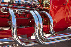 镀铬物在旧车改装的高速马力汽车的排气系统 免版税库存图片