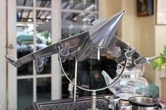 镀铬物战机模型在葡萄酒商店 库存照片
