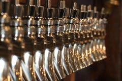 镀铬物桶装啤酒轻拍 库存图片