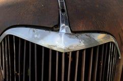 镀铬物生锈的葡萄酒汽车格栅细节  免版税库存照片