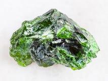 镀铬物透辉石宝石未加工的水晶在白色的 免版税库存照片
