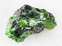镀铬物透辉石宝石绿色水晶在白色的 免版税库存照片
