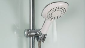 镀铬物阵雨 浴阵雨瓦片墙壁白色 在白色阵雨客舱的淋浴喷头 免版税库存照片