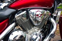 镀铬物骑自行车的人头骨 免版税库存照片