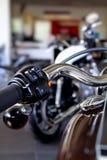 镀铬部分和激昂的夹子在摩托车把手 免版税库存图片