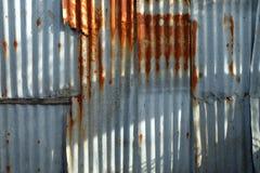 镀锌老墙壁纹理样式背景生锈的波纹状的金属 图库摄影