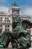 镀青铜在圣马克& x27的飞过的狮子雕象; s正方形,威尼斯,意大利 库存图片