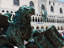 镀青铜在圣马克& x27的飞过的狮子雕象; s正方形,威尼斯,意大利 库存照片