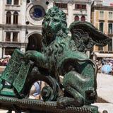 镀青铜在圣马克` s正方形,威尼斯,意大利的飞过的狮子雕象 库存图片
