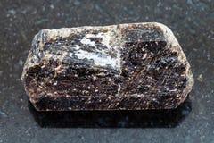 镁电气石在黑暗的电气石石头棕色水晶  库存照片