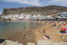镇、海滩和峭壁在Puerto de Mogan在大加那利岛 免版税库存照片