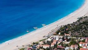 镇、海滩和海, Oludeniz,土耳其 免版税图库摄影