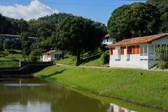 镇与白色房子的La terraza 图库摄影