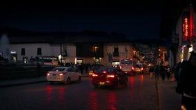 镇中心在与人和汽车的晚上 股票视频