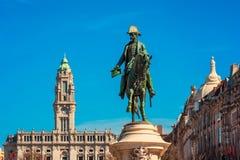镇中心在波尔图葡萄牙和雕象和香港大会堂 免版税库存图片
