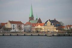 镇中心的看法从沿海岸区的 丹麦赫尔新哥 库存图片