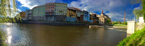 镇全景有河的 库存照片