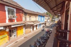 镇和与阳台的舒适老牌咖啡馆的老部分有小大厦的 免版税库存图片
