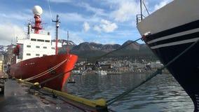 镇和山在靠码头的船之间 股票录像