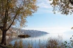 镇和湖风景看法在秋天 免版税库存照片