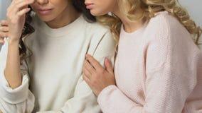 镇定和支持她的生气最好的朋友,坏消息,终止的关心的妇女 影视素材
