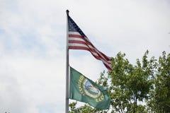 镇旗子和美国旗子阿灵顿田纳西 库存图片