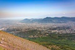 镇有雾的看法在维苏威火山南部的 免版税库存图片