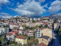 镇的全景在山附近的 免版税库存照片