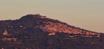 镇科尔托纳,托斯卡纳的看法 意大利 免版税库存图片