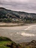 镇被紧贴在山和海洋之间 库存照片