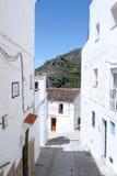 镇西班牙陡峭的街道 免版税图库摄影