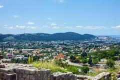 镇酒吧,黑山全景都市风景。 免版税库存图片