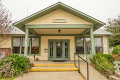 镇雪松钥匙的市政厅,佛罗里达 免版税库存照片