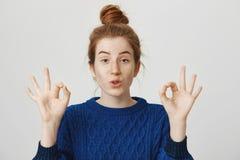 镇静下来,我得到了此,依靠我 确信的可爱的妇女演播室画象有姜头发颜色和雀斑的 图库摄影
