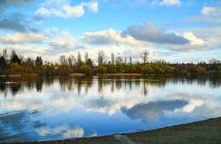 镇静和平安的湖 免版税库存图片