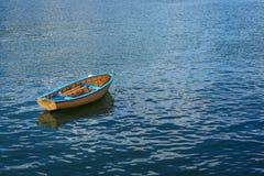 镇静地坐在港口的一艘小划艇 免版税图库摄影