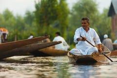 镇静地荡桨Dal湖浮动的市场的人 图库摄影