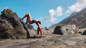 镇静女孩在山,在背景的明媚的阳光思考 在慢动作录影 瑜伽时间在特内里费岛 影视素材