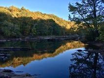 镇静小河在早期的秋天 图库摄影